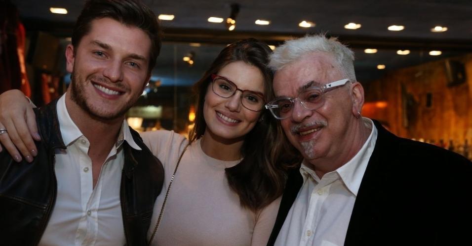 """Camila Queiroz e Klebber Toledo prestigiam jantar com Walcyr Carrasco, autor de """"O Outro Lado do Paraíso"""", próxima novela das nove"""