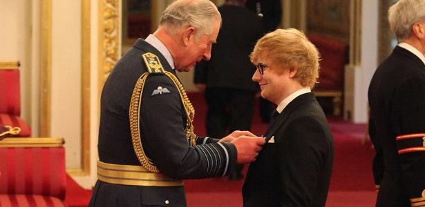 Príncipe Charles condecora o cantor Ed Sheeran