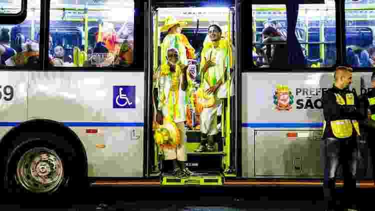 Foliões pegam ônibus na dispersão após desfilarem no Anhembi, em São Paulo, durante o Carnaval de 2018 - Mariana Pekin/UOL - Mariana Pekin/UOL