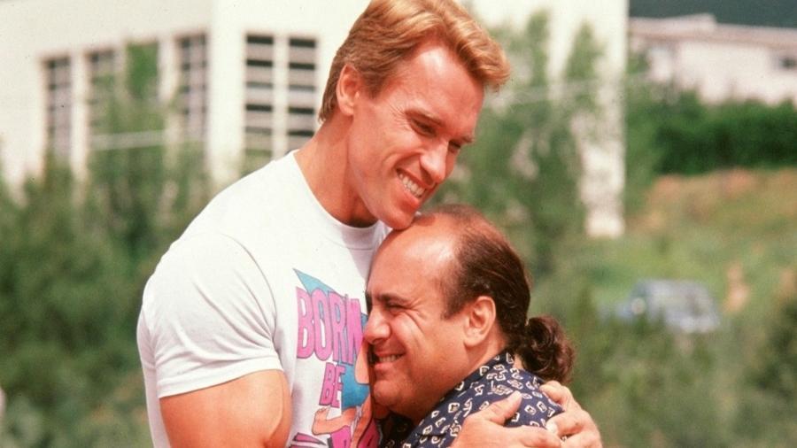 """Arnold Schwarzenegger e Danny DeVito em """"Irmãos Gêmeos"""" - Divulgação"""