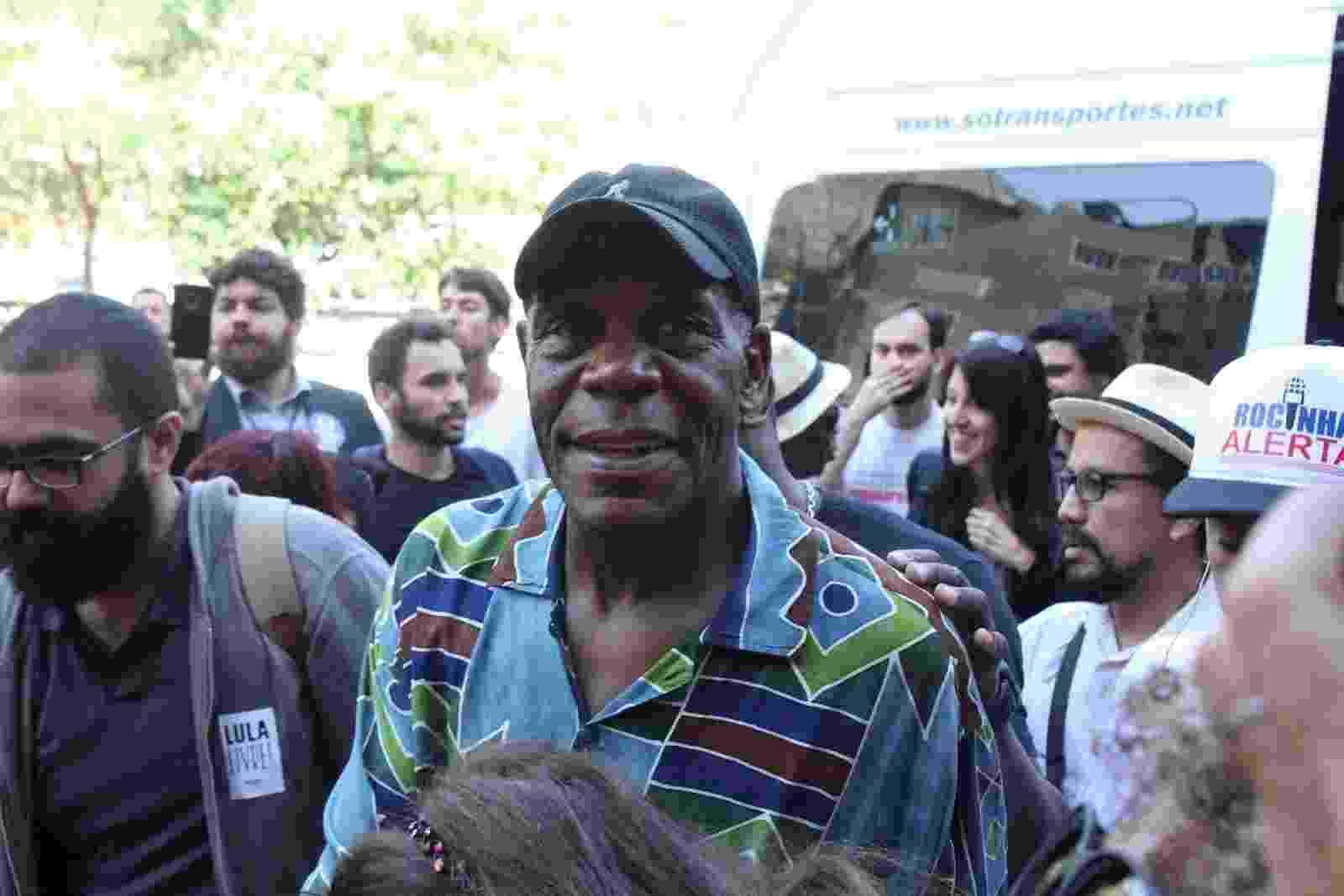O ator americano Danny Glover esteve na favela da Rocinha - AgNews