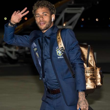 Neymar desembarcando na Rússia - AFP