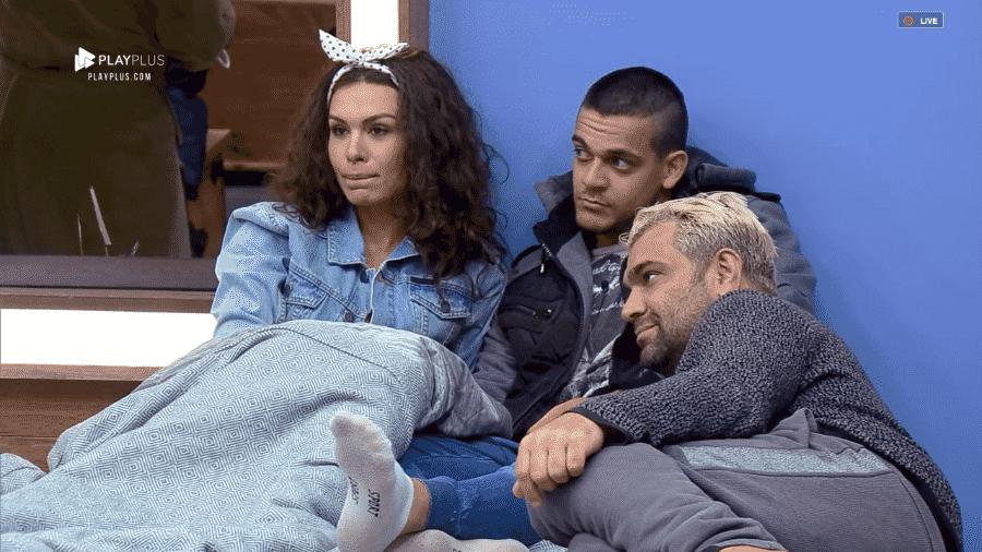 """Evandro conversa com Fernanda e Caique no quarto de """"A Fazenda 10"""" - Reprodução/PlayPlus"""
