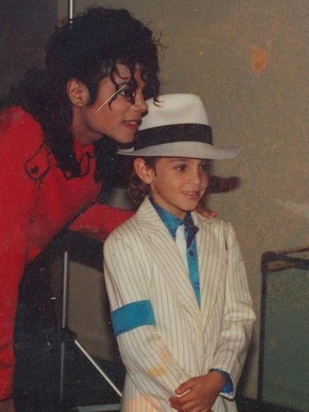 Wade Robson, um dos acusadores, posa com Michael Jackson em imagem de arquivo - Reprodução