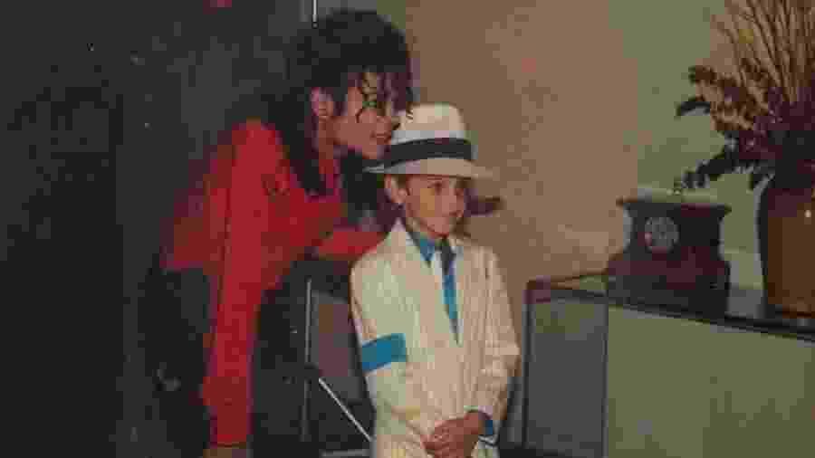 Wade Robson posa com Michael Jackson em imagem de arquivo - Reprodução
