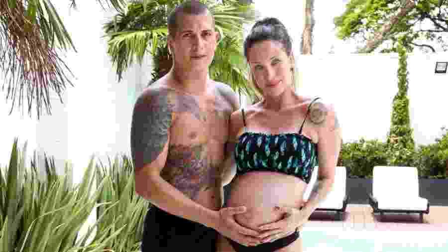 Lizi Benites, grávida de sete meses do segundo filho, e o marido Wanderson Cardoso, o Galego - Thais Aline/ Agência Fio Condutor