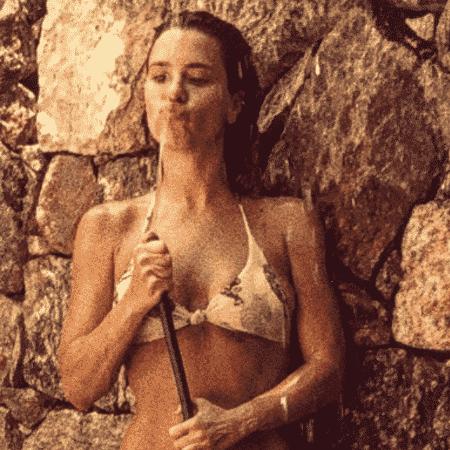 Carolina Dieckmann toma banho de mangueira - Reprodução/Instagram