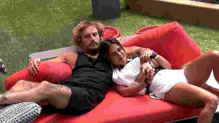 Alan e Carolina deitados na área externa - Reprodução/GloboPlay