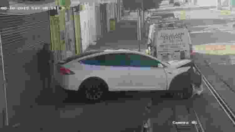 Não é só nos EUA: recentemente, um Tesla acelerou sozinho e quase atropelou uma pessoa em Porto Rico - Reprodução