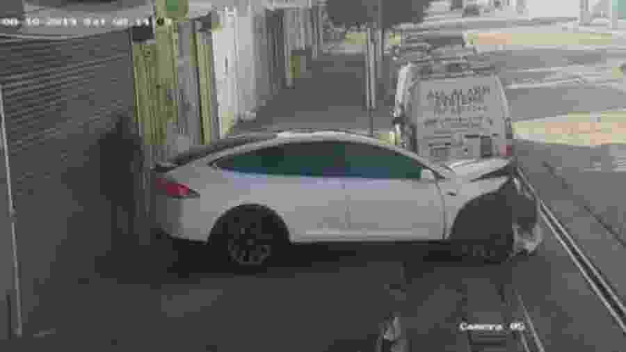 Tesla quase atropela pessoa em Porto Rico - Reprodução