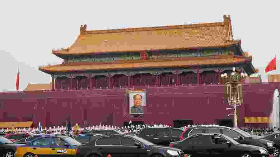 Um dos retratos de Wang Guodong na Praça da Paz Celestial, em Pequim - Marcelo Leite/Folhapress