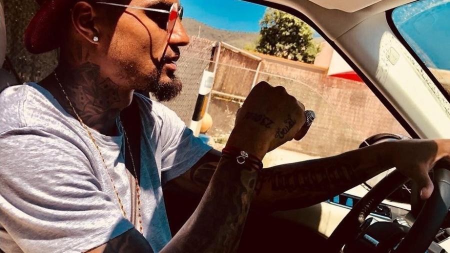 Kevin-Prince Boateng guia seu carro - Reprodução