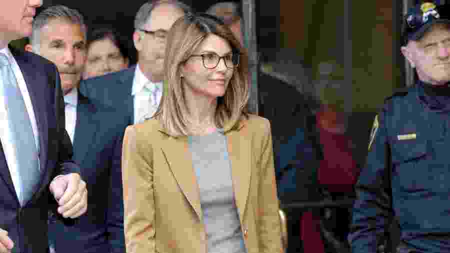 Lori Loughlin ao deixar o tribunal de Boston, em abril de 2019 - Joseph Prezioso / AFP