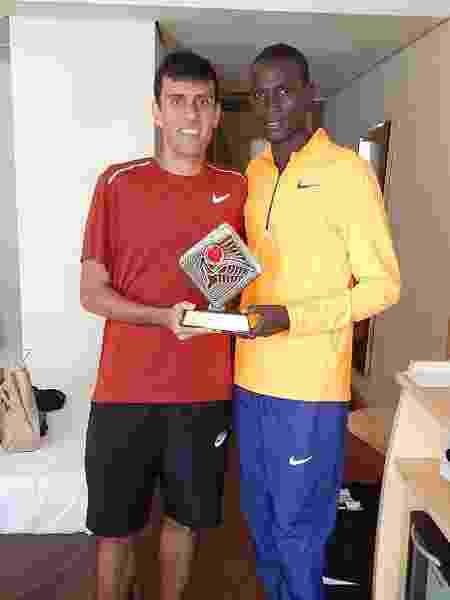 Lielson com seu amigo queniano Titus Ekiru, terceiro colocado na São Silvestre de 2019 - Arquivo pessoal