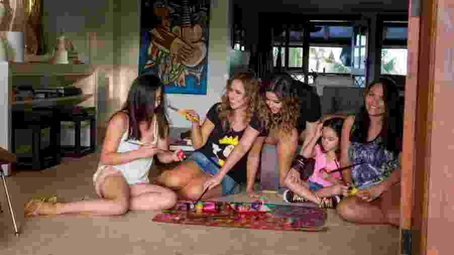 Daniela Mercury prepara cenário de sua próxima live ao lado de Malu Verçosa e as três filhas, Márcia, Alice e Ana Isabel - Célia Santos/Divulgação