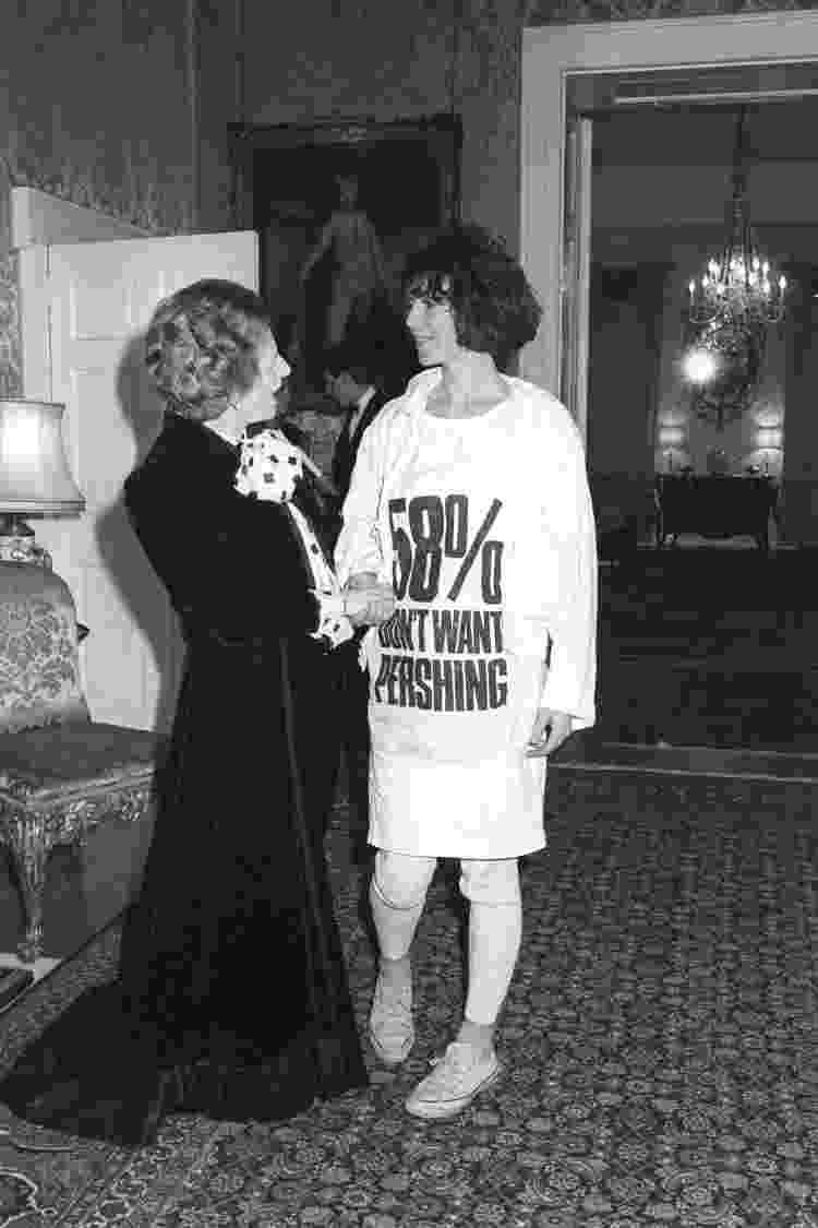 Encontro entre a ex-primeira-ministra Margaret Thatcher e a designer de moda Katharine Hamnett, em 1984 - Reprodução - Reprodução