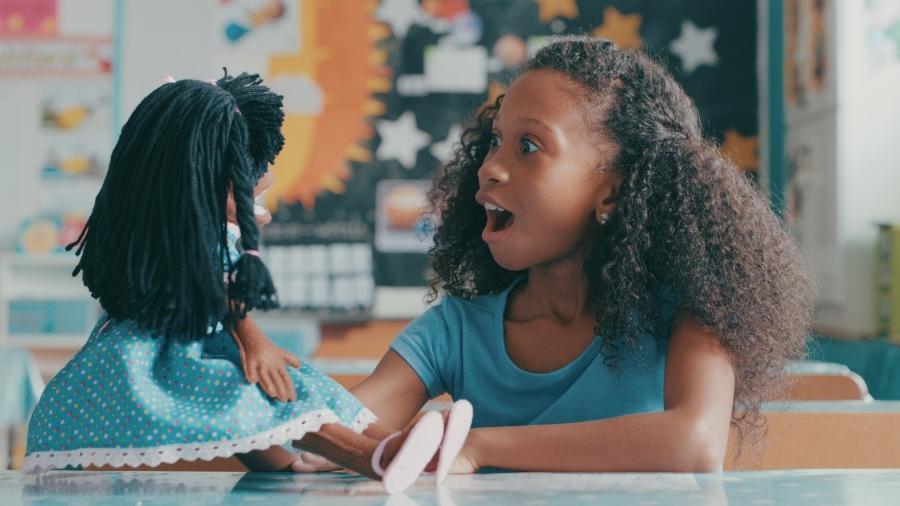 Bonecas negras ajudam no combate ao racismo - iStock
