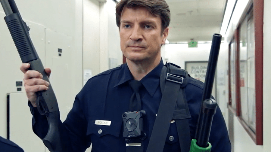 """O ator Nathan Fillion em cena da série """"The Rookie"""" - Reprodução"""