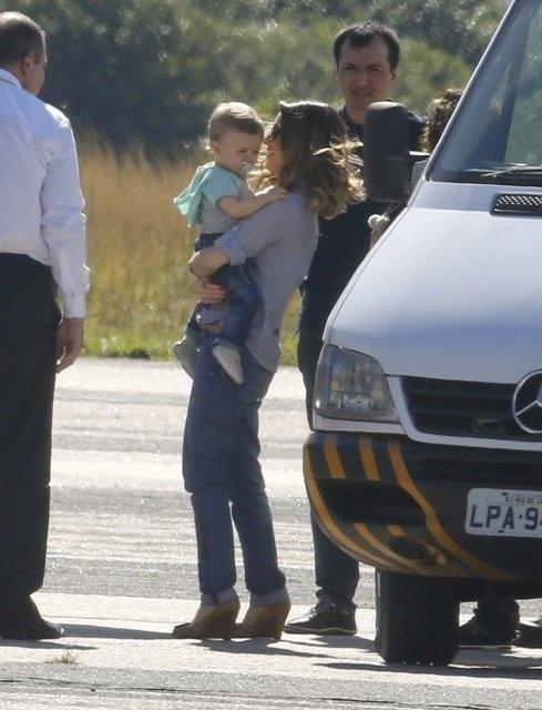 13.jul.2015 - Sandy é vista em Jacarepaguá, no Rio de Janeiro, embarcando em um jatinho com seu filho Theo. É a primeira vez que a cantora é vista com o filho, nascido em junho de 2014