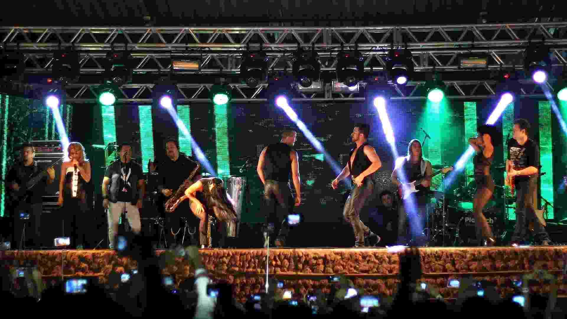 4.out.2015 - Joelma e Chimbinha preferiram manter a maior distância possível no palco durante apresentação em Teresina (PI) - Orlando Berti/UOL
