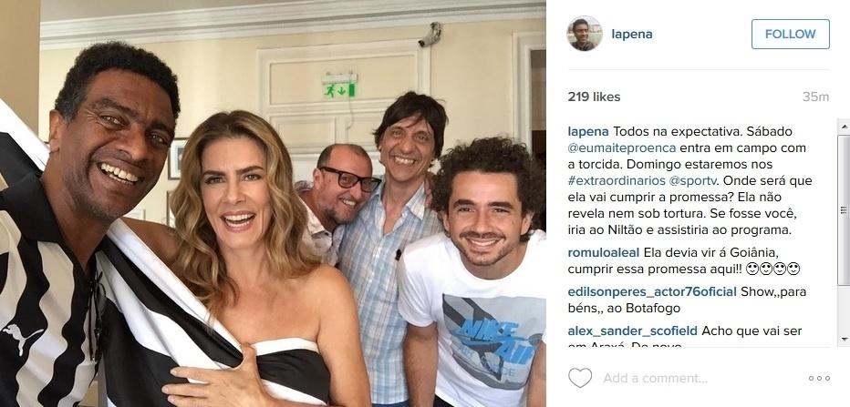 23.nov.2015 - Enrolada em uma bandeira do Botafogo, Maitê Proença faz mistério sobre cumprir a promessa de tirar a roupa ao vivo no