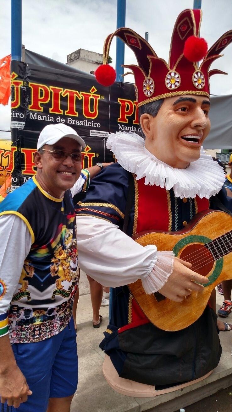 9.fev.2016 - Carnavalesco Silvio Botelho, criador da maioria dos bonecos gigantres de Olinda, posa com boneco que homenageia o compositor de marchinhas Getúlio Cavalcanti