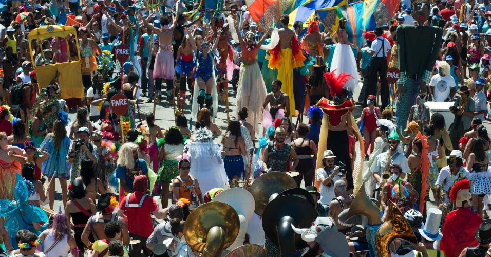 9.fev.2016 - Orquestra Voadora leva centenas de foliões para curtir a terça-feira de Carnaval no Aterro do Flamengo