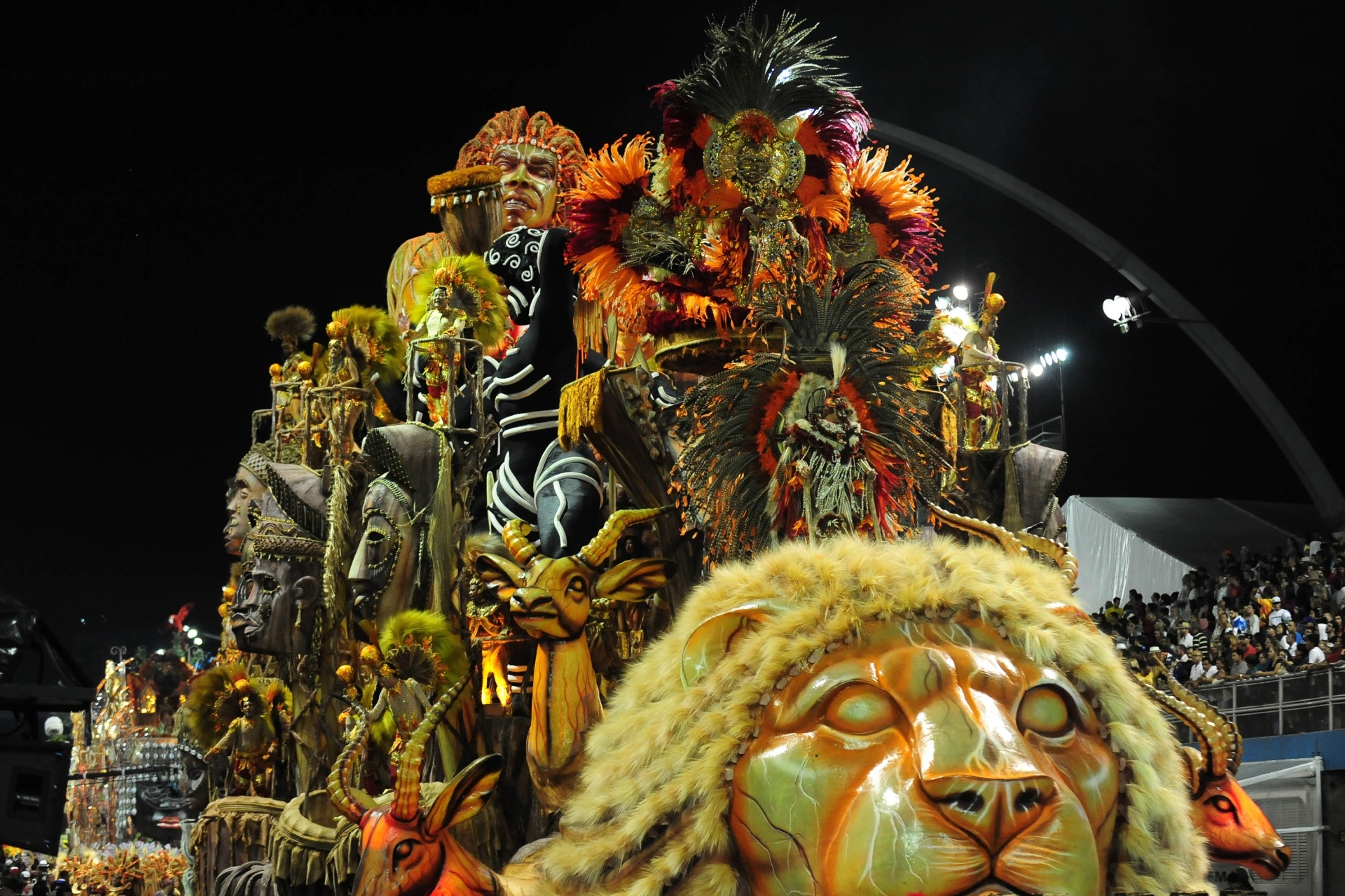 13.fev.2016 - Mocidade Alegre exaltou em seus carros alegóricos a cultura africana para homenagear o samba