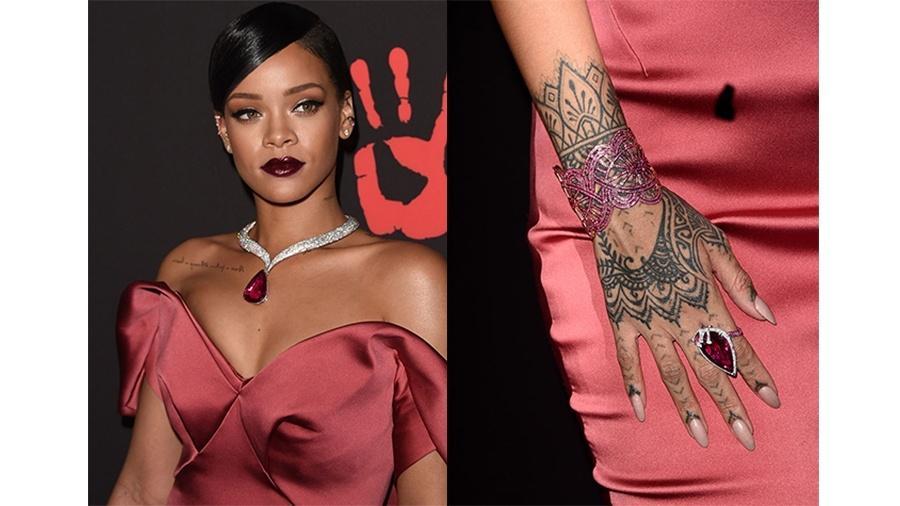 A cantora Rihanna é fã de tatuagens e tem a mão direita preenchida pelo desenho permanente - Getty Images