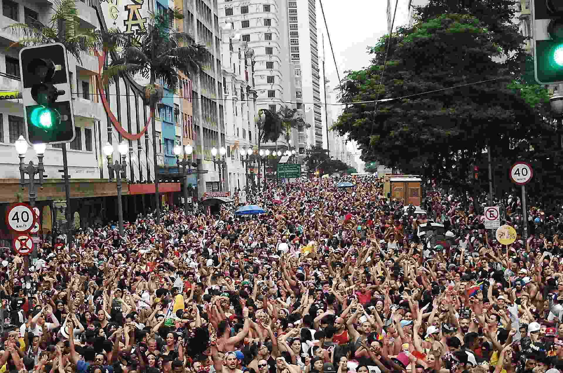 Público lota o Vale do Anhangabaú para seguir o bloco Domingo Ela Não Vai - Reinaldo Canato/UOL