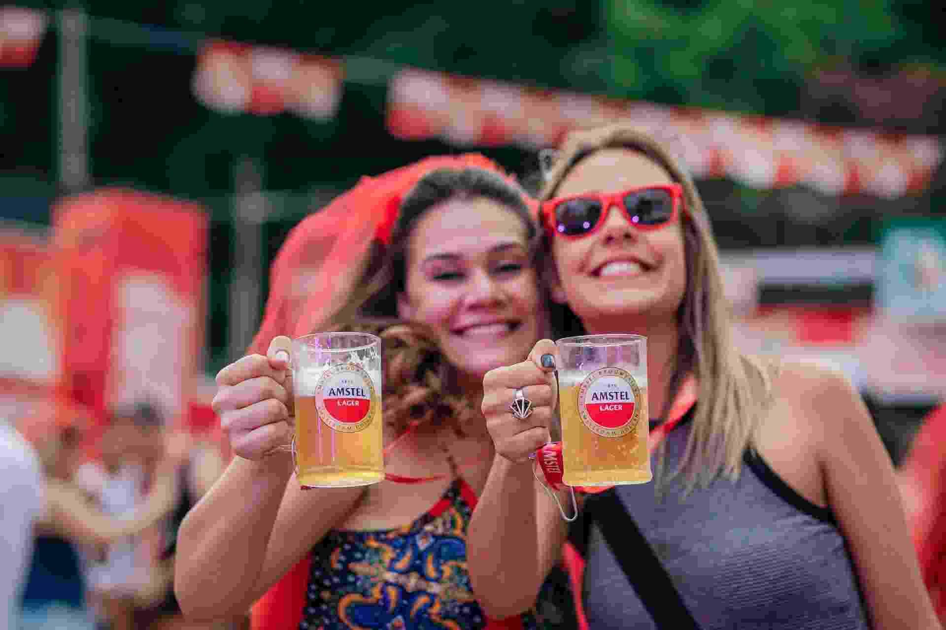 Amigas brindaram ao Carnaval neste domingo (26) - Felipe Gabriel/UOL