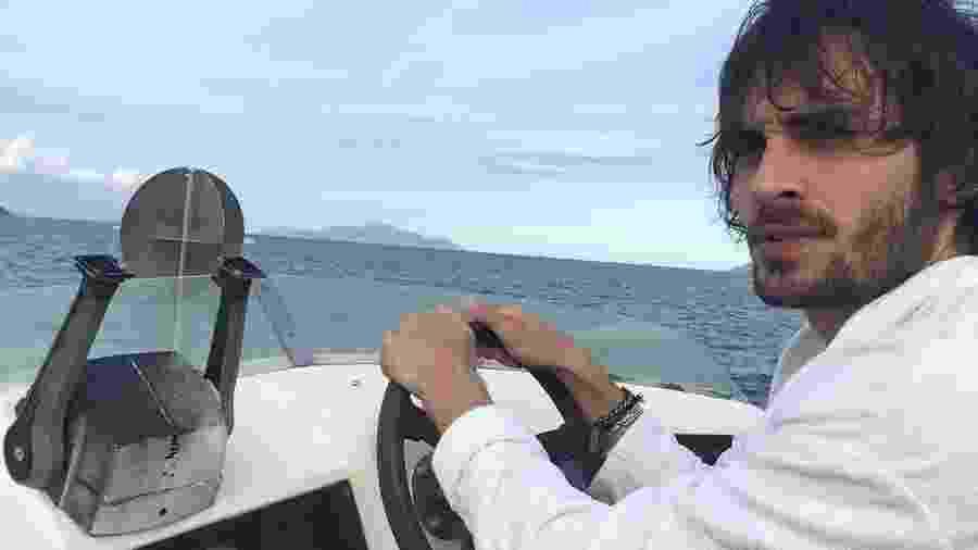 Fiuk posa pilotando uma lancha - Reprodução/Instagram/fiuk