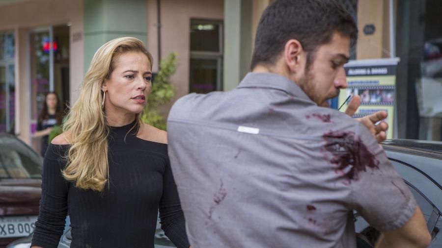 """Zeca (Marco Pigossi) leva tiro de raspão em assalto para proteger Jeiza (Paolla Oliveira) em """"A Força do Querer"""" - Reprodução/GShow"""