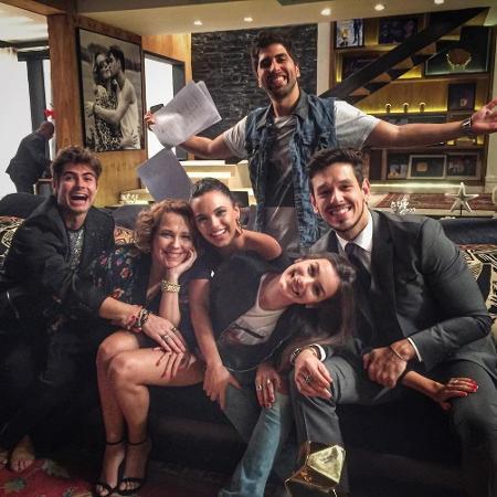 """Elenco de """"Rock Story"""" grava última cena na casa de Léo Régis - Reprodução/Instagram/marinamoschen"""