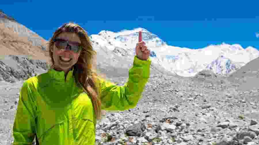 Karina Oliani durante escalada ao Monte Everest (apontando o dito cujo) - Divulgação