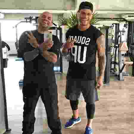 Tony Salles, 10 quilos mais magro, ao lado de personal trainer - Reprodução/Instagram