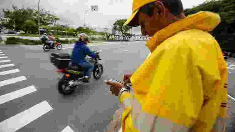 Muitos motociclistas reclamam do desrespeito que sofrem quando motoristas mudam de faixa sem dar seta, mas que não se dão conta que invadir a calçada ou atravessar sinais vermelhos com a motocicleta é algo inaceitável sob pretexto qualquer - Rubens Cavallari/Folhapress