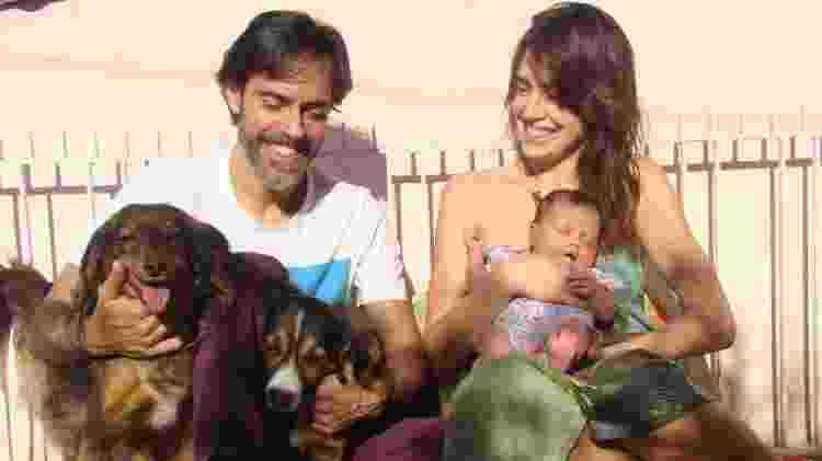 A família completa, em ensaio de um mês de vida de Morena - Isabela Lisboa - Isabela Lisboa