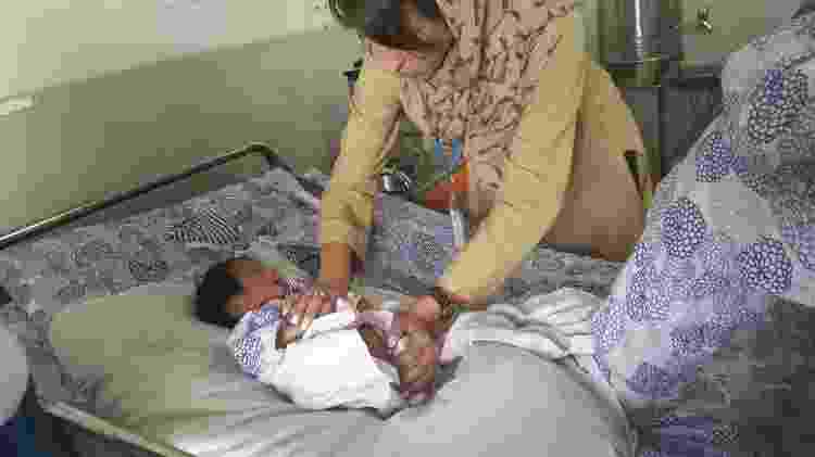 Com um de seus pacientes em Cabul - Acervo Pessoal