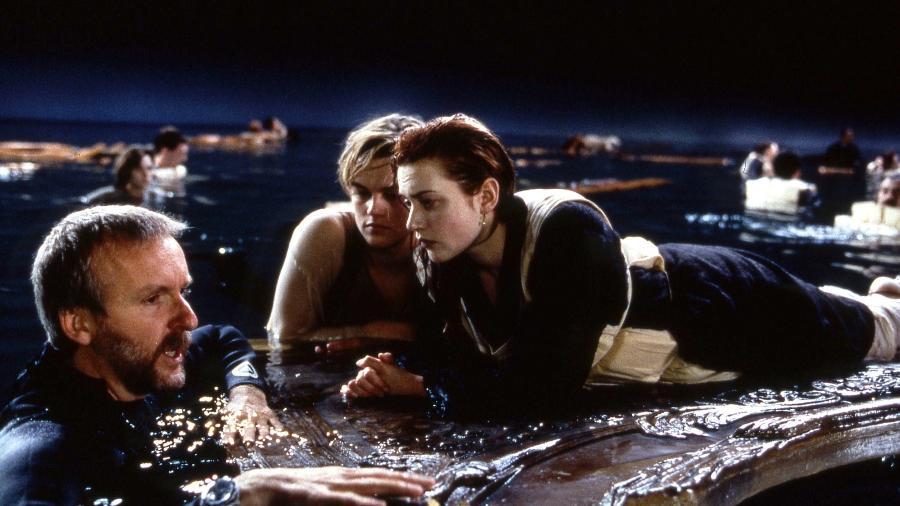 """James Cameron ao lado de Leonardo DiCaprio e Kate Winslet nos bastidores de """"Titanic"""" - Reprodução/Paramount"""