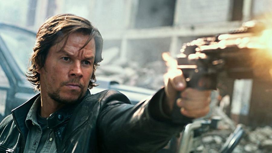 """Mark Wahlberg em cena de """"Transformers: O Último Cavaleiro"""" (2017) - Divulgação"""