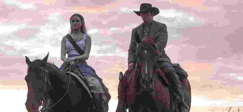 """Dolores (Evan Rachel Wood) e Teddy (James Marsden) em cena da segunda temporada de """"Westworld"""" - Divulgação"""