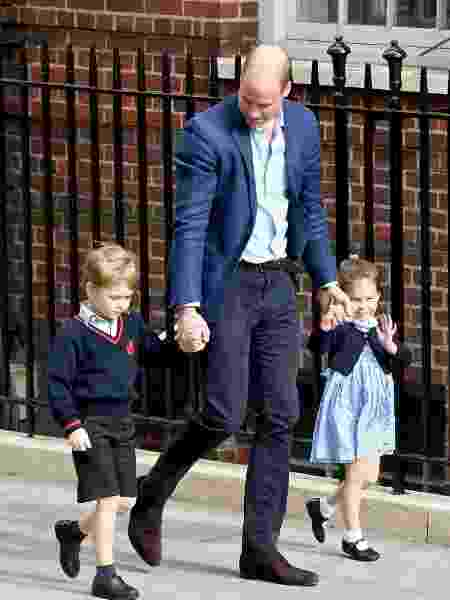O príncipe George e a princesa Charlotte com o pai, o príncipe William - Getty Images