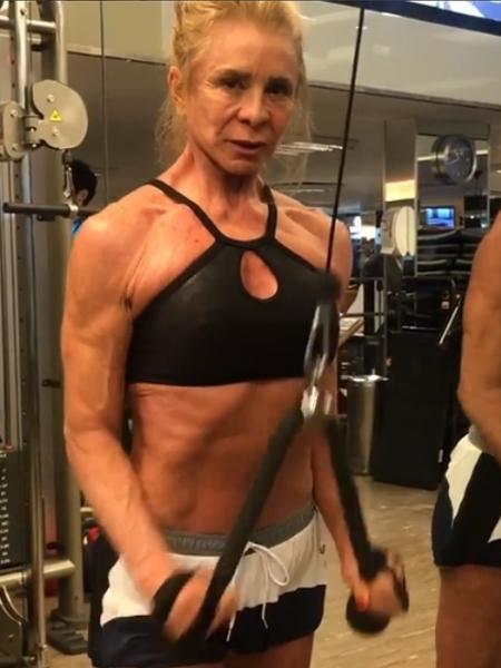 Aos 64 anos, mãe de Dani Winits pega pesado na academia e ganha elogios - Reprodução/Instagram