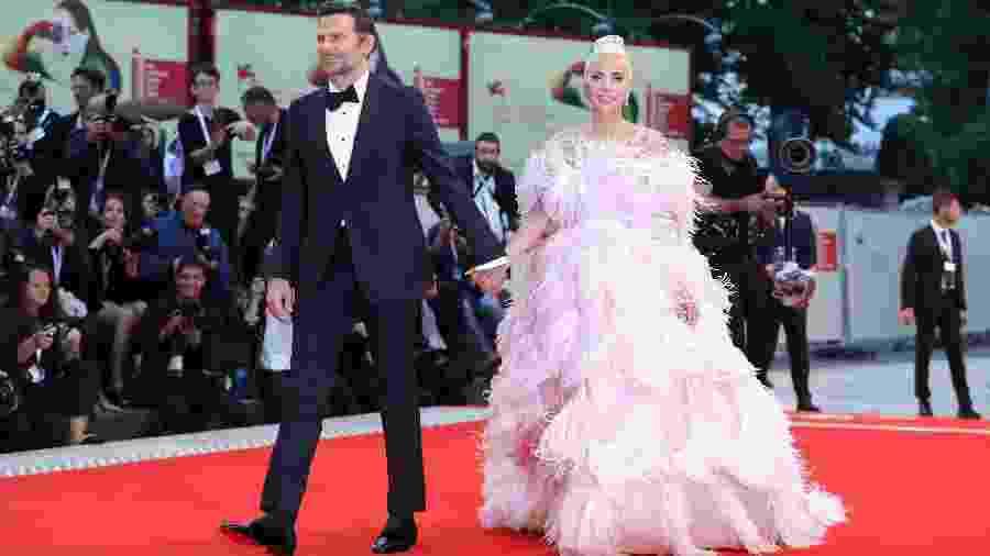 """Bradley Cooper e Lady Gaga desfilam no tapete vermelho do Festival de Veneza antes da sessão de gala de """"Nasce Uma Estrela"""" - Vittorio Zunino Celotto/Getty Images"""