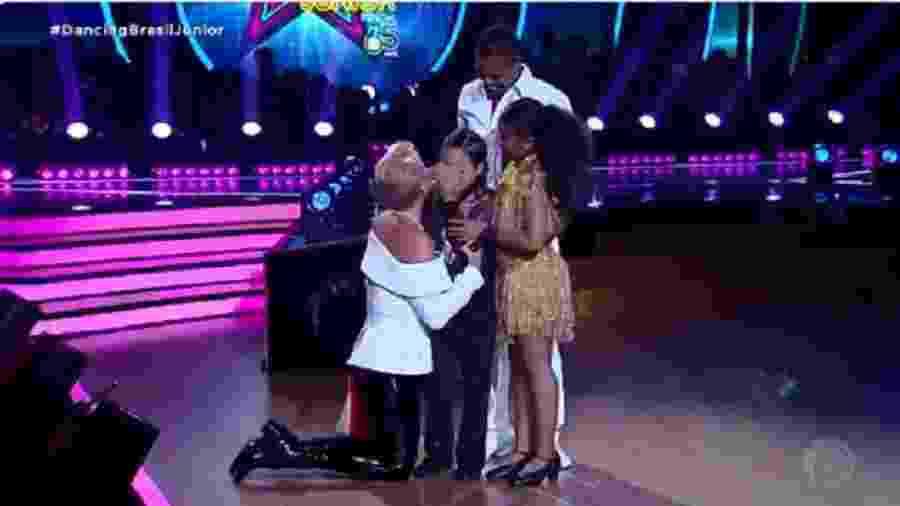 """Xuxa se ajoelha e consola criança que chorou no """"Dancing Brasil"""" - Reprodução/TV Record"""