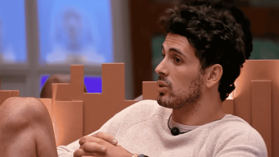 Maycon conversa com Paula e Hariany na sala - Reprodução/GloboPlay