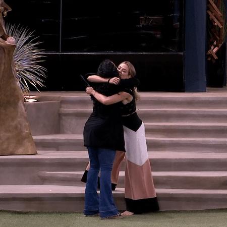 Elana e Isabella conversam após resultado de paredão - Reprodução/GloboPlay