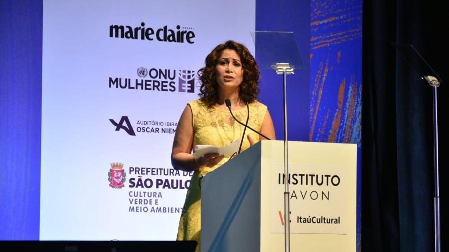 A ex-parlamentar dinamarquesa Özlem Cekic, muçulmana e filha de imigrantes, durante o evento - Reprodução/Instituto Avon