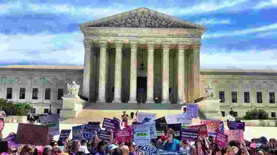 Ativistas pró-aborto protestam na Suprema Corte dos EUA contra novas restrições - Reprodução/Instagram @kevfog